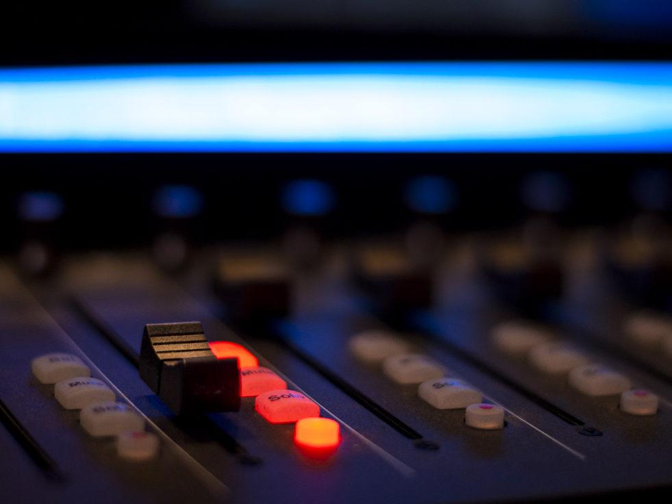 studio registrazione musica tecnologia synth mixer audio house tecno dance reflex light mono stereo pro